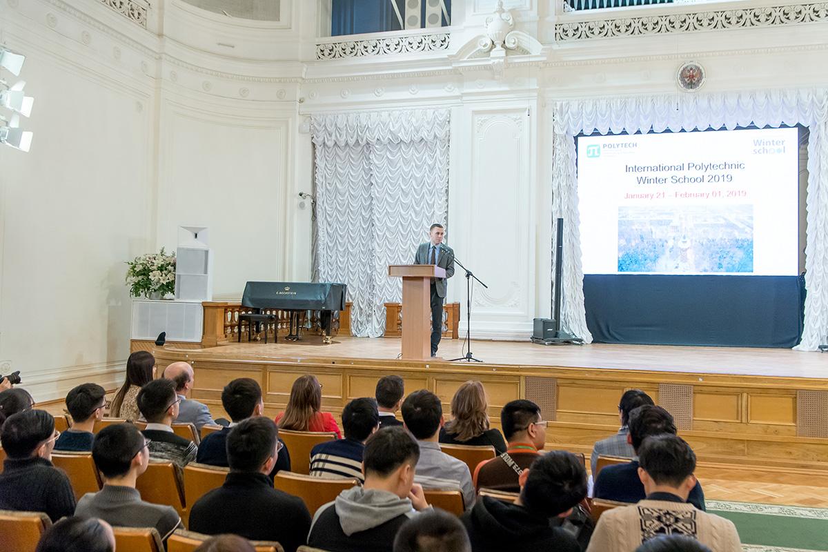 Los estudiantes de la Escuela politécnica internacional de invierno fueron recibidos por el Vicerrector de asuntos estudiantiles, M.A. Pashólikov