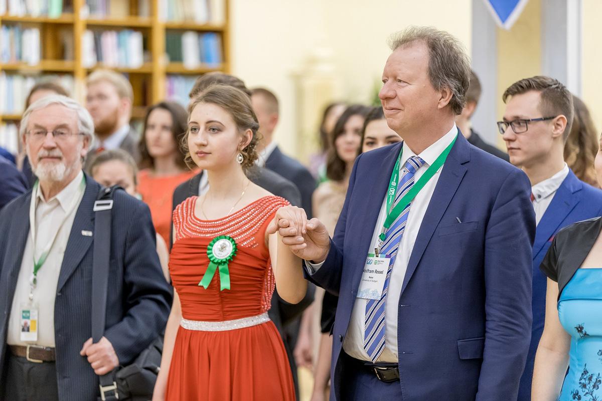 Los socios y amigos extranjeros que vinieron a felicitar a la Politécnica por el 120 aniversario fueron invitados al baile