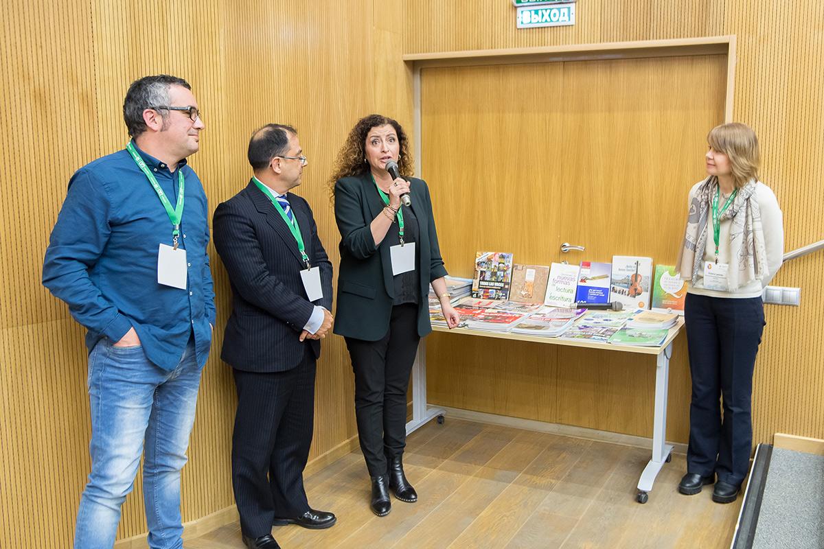 Los colegas de la Universidad de Cádiz entregaron a la Polytech la biblioteca de literatura educativa del idioma español