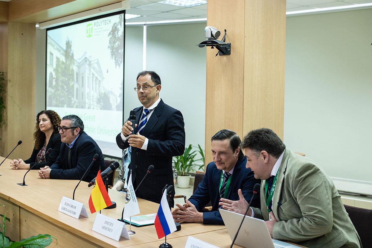 En el centro de Recursos del campus internacional de la SPbPU, representantes de la Universidad de Cádiz se reunieron con el equipo de servicios internacionales de la SPbPU
