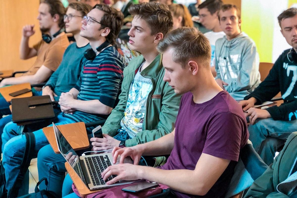 Más de 100 personas que desean aprender las habilidades de programación se reunieron en SPbPU