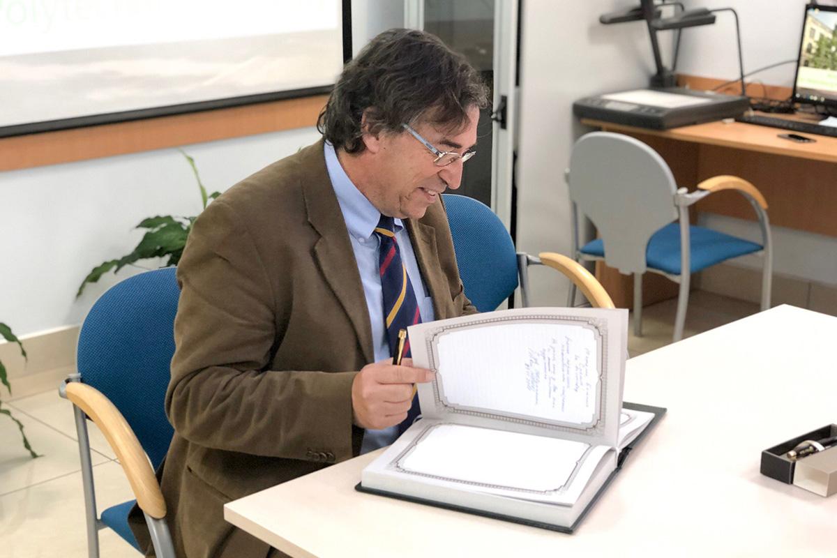 El Vicerrector de Política Internacional de BarcelonaTech, Juan Jesús Pérez, firmó en el libro de honor de la SPbPU