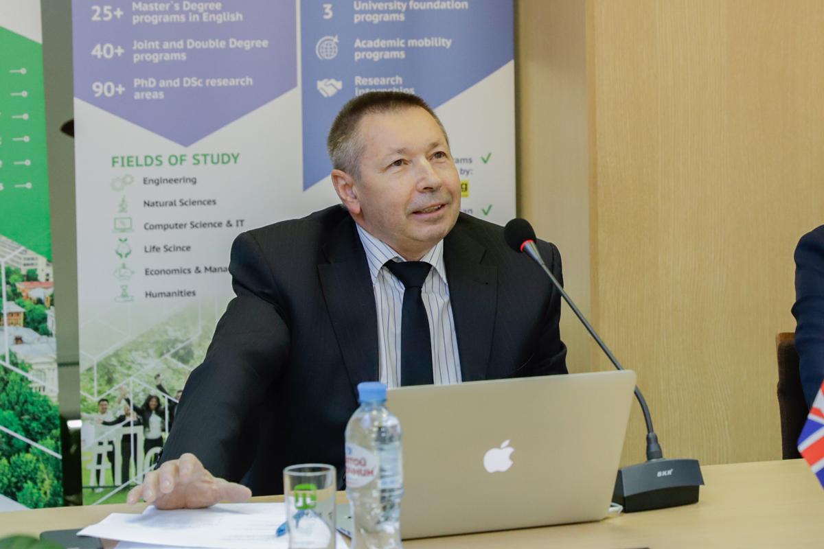 Elprofesor Vyacheslav SHKODYREV, director delaescuela Superior desistemas ygestión cibernéticos deSPbPU
