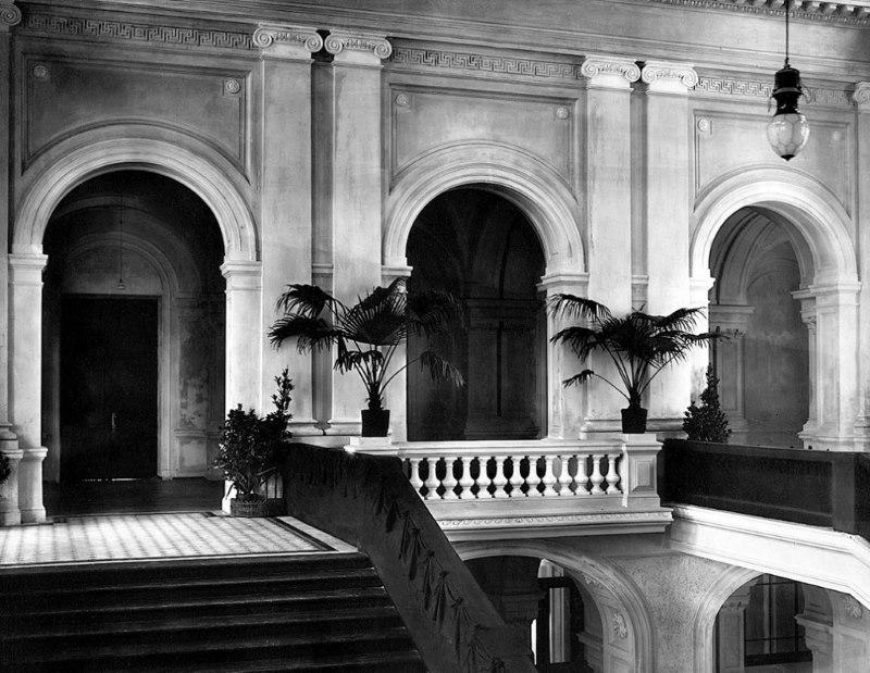 Escalera del edificio principal en el día de la inauguración del instituto. 1902