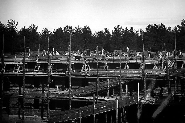 Desmonte de la parcela, preparación de los cimientos y construcción de las paredes, años 1900-1904